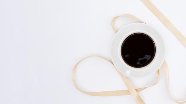 Вид сверху чашка кофе с лентой