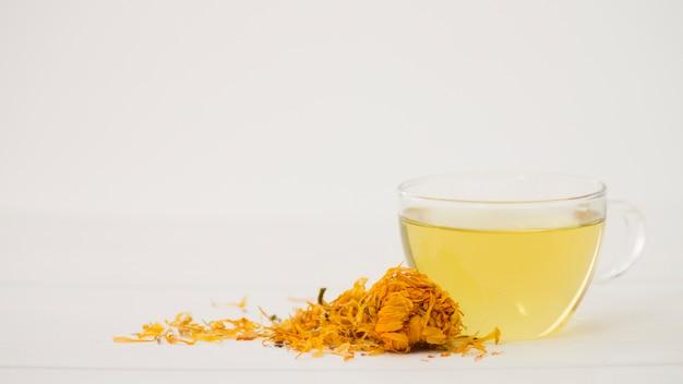 Стакан чая с листьями