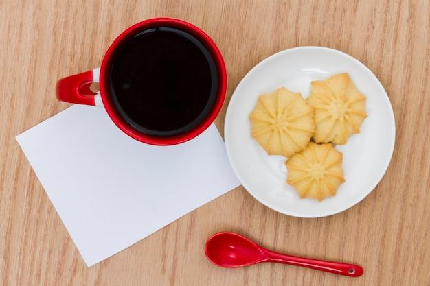 Вид сверху чашка кофе с печеньем