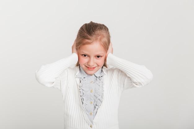 彼女の耳を覆う少女