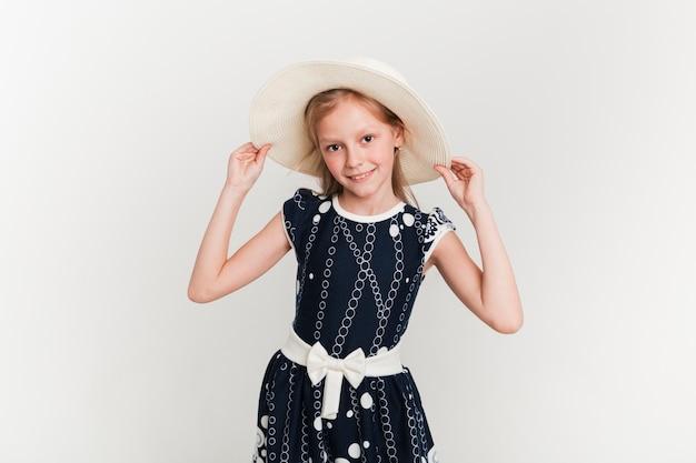 夏の帽子をかぶっている女の子