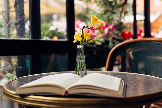 テーブルの上の本を開く