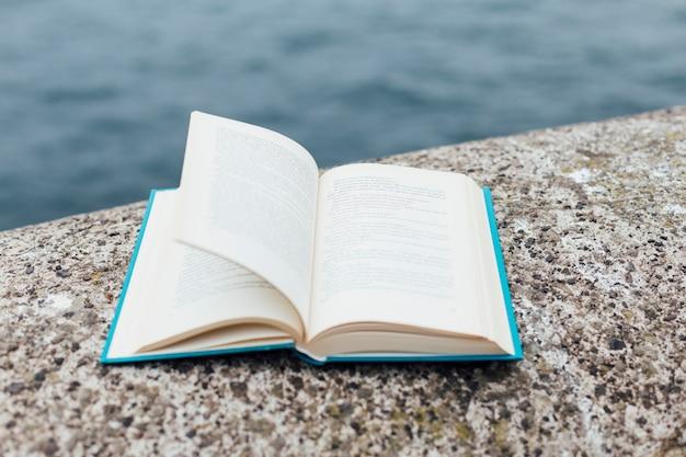 海の近くの本を開く