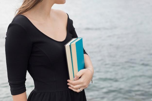 本を持っている若い女の子