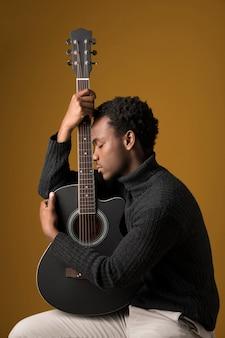 Черный мальчик играет на гитаре