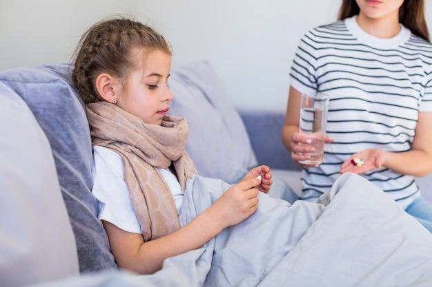 Мать заботится о своей больной дочери