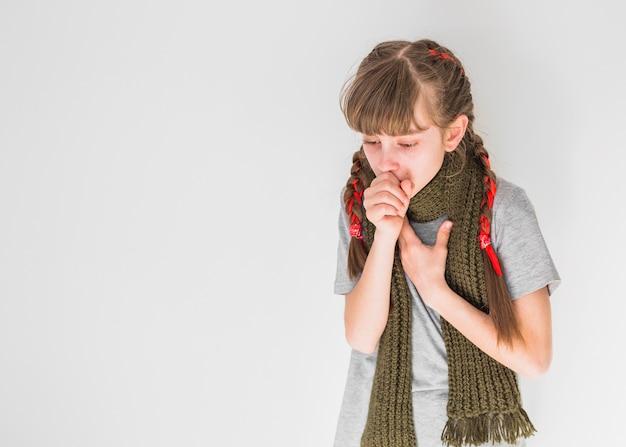 Больная девушка кашляет