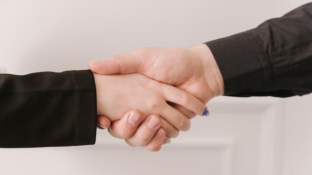手を繋いでいる弁護士をクローズアップ