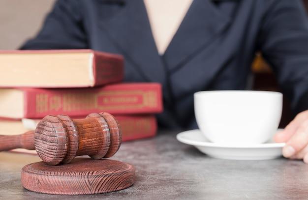 Адвокат работает крупным планом