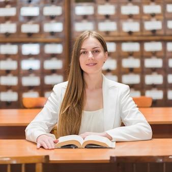 図書館で勉強している女性と学校のコンセプトに戻る