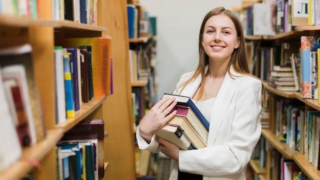 Обратно в школу концепции с женщиной, учится в библиотеке