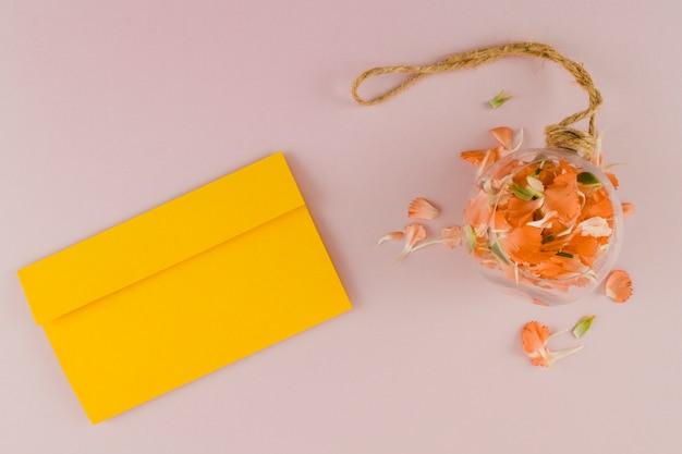 封筒と上面の花びら