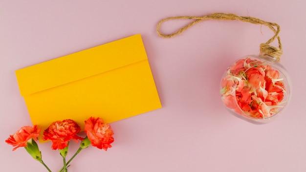 封筒とトップビューの花