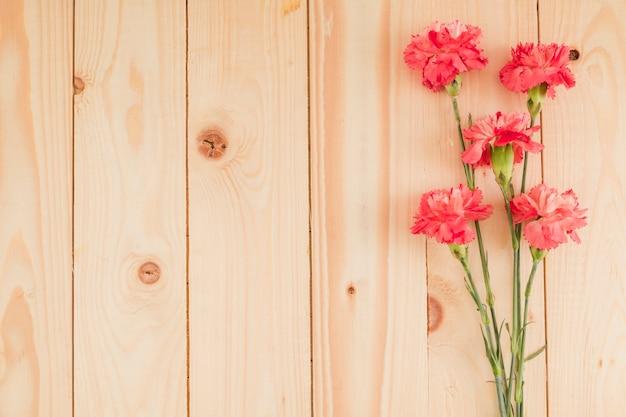 コピースペースを持つ木製の背景上の平面図の花