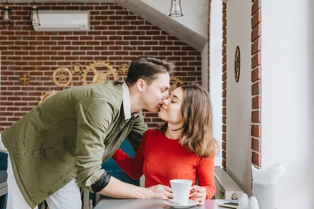 Пара пьет кофе в ресторане
