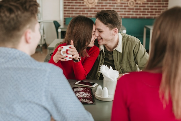 レストランでコーヒーを飲んでいるカップル