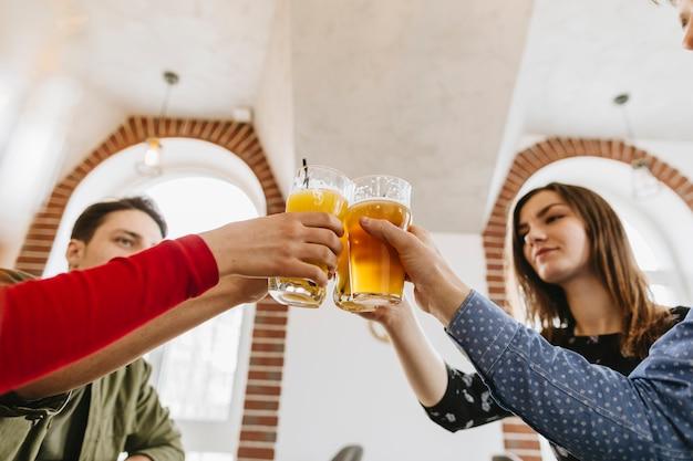 レストランでビールを飲んでいる友人