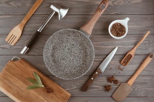 木製のテーブルの上の調理器具キッチン