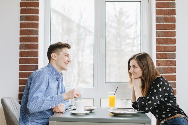 Пара апельсиновый сок в ресторане