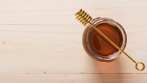 蜂蜜でいっぱいのトップビューガラス瓶