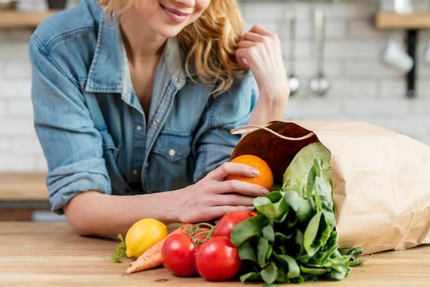 Белокурая женщина кухни