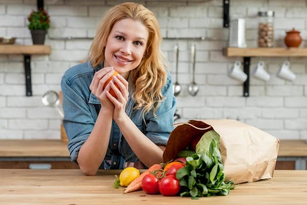 台所で金髪の女性