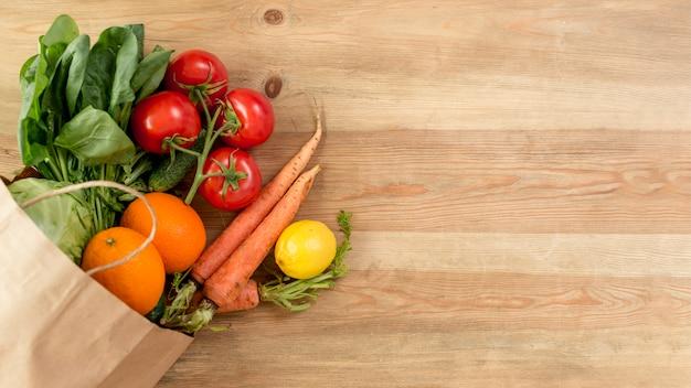 カウンターの上の野菜や果物
