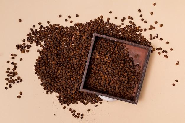 コーヒー豆とトレイ