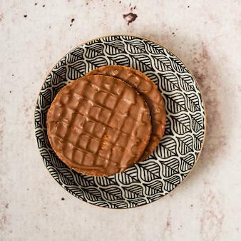 皿の上のチョコレートのパンケーキ