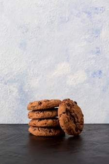 Шоколадное печенье с шоколадной стружкой