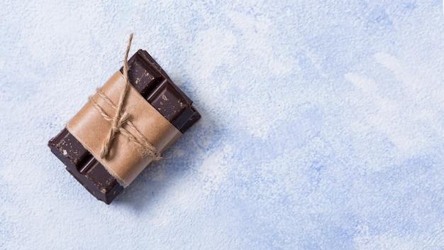 紐で結ばれたチョコレートバー