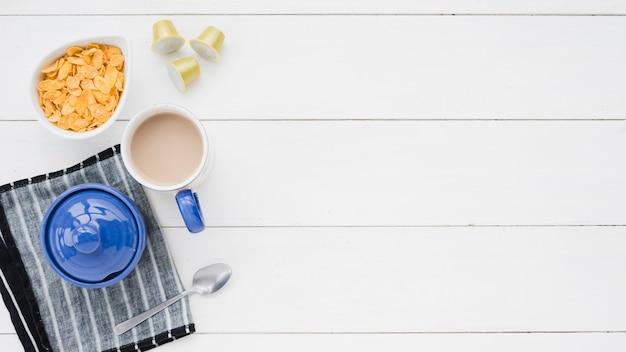 白いテーブルの上のコーヒーのトップビューカップ