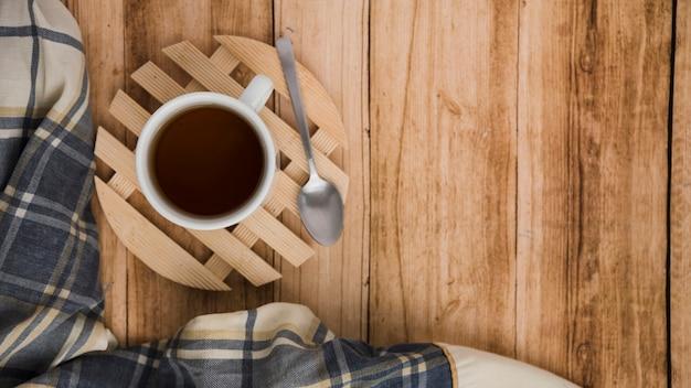 Вид сверху кофейная чашка на деревянном фоне