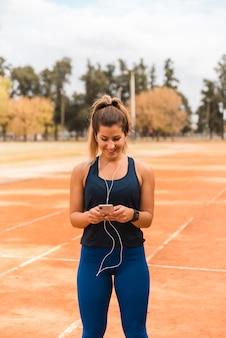 ランナー女性が音楽を聴く