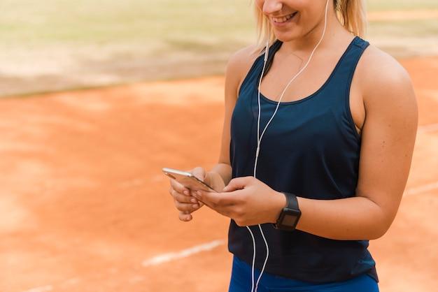 Бегун женщина слушает музыку