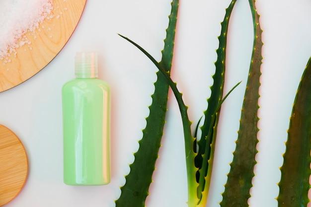 アロエベラの葉と美容クリームボトル