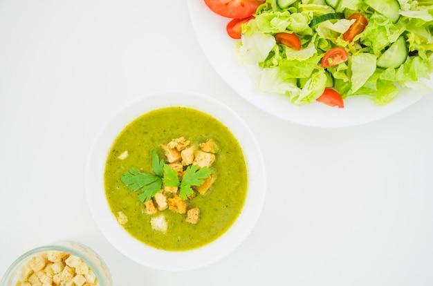 Овощной суп с панировочными сухарями и петрушкой