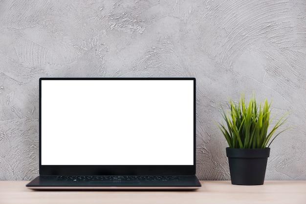 ノートパソコンとオフィスの要素を持つデスクトップ