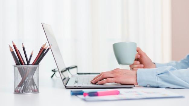 ノートパソコンとコーヒーカップとオフィスのデスクトップ