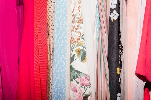 Различный тип одежды в магазине одежды