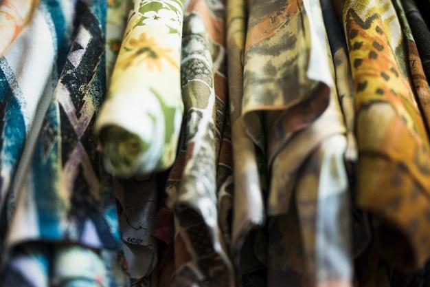 Крупный план цветочных рубашек в магазине одежды
