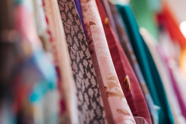 Различный тип тканевой одежды в магазине
