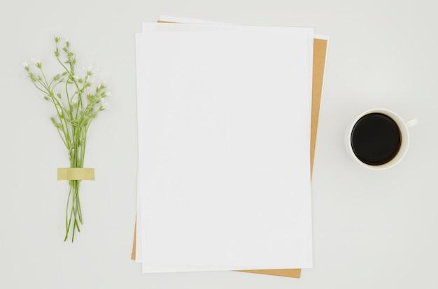 Плоский бумажный макет с цветочными элементами
