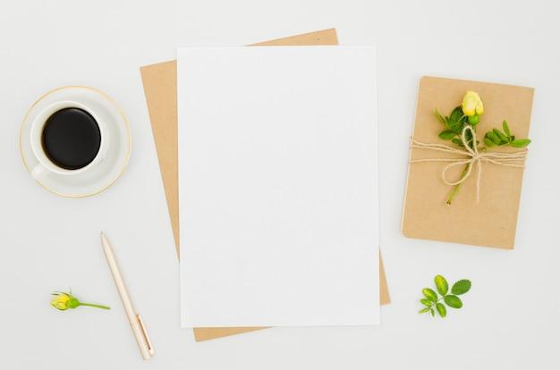 花の要素を持つフラットレイ紙モックアップ