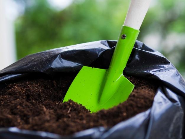 Лопата внутри мешка с почвой