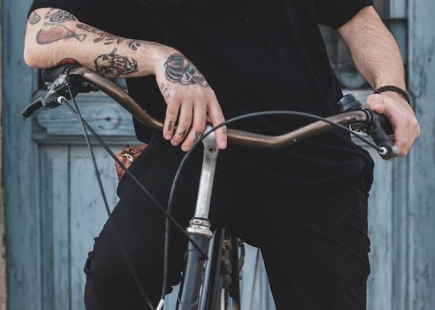 自転車に坐っている人のクローズアップ