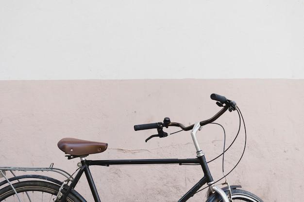 壁の前に自転車
