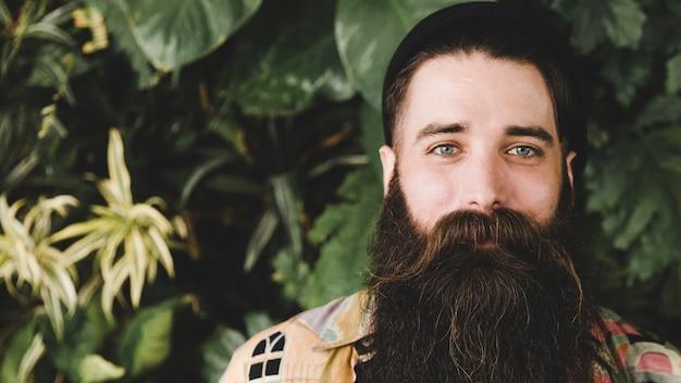カメラを見てひげを生やした若い男のパノラマビュー