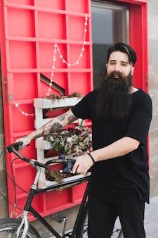 カメラを見てハンサムなサイクリストの肖像画