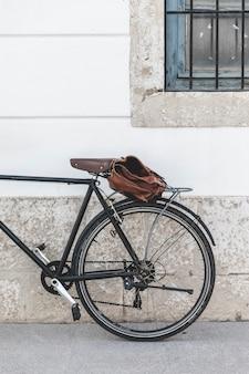 Сумка на велосипеде припаркована возле стены